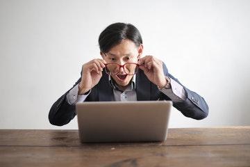 Persona sorprendida al mirar la pantalla del ordenador, elegímos está foto simulando que se sorprende al leer nuestras frases motivadoras mr wonderfull