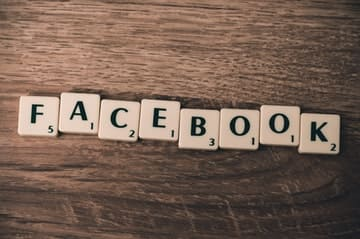 La palabra facebook escrita con fichas de letras, Frases para facebook