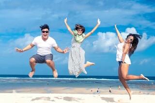 3 jóvenes felices en la playa. Frases de felicidad